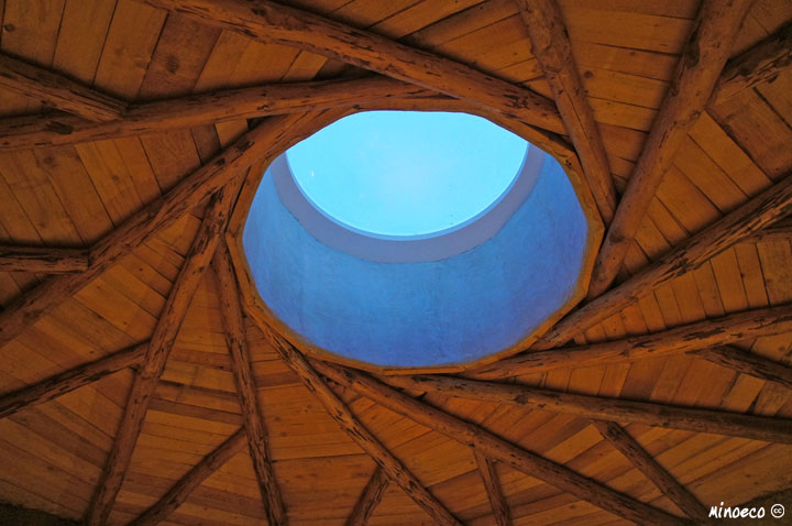 Reciprocal cupola in a strawbale house plastered with lime. Austria