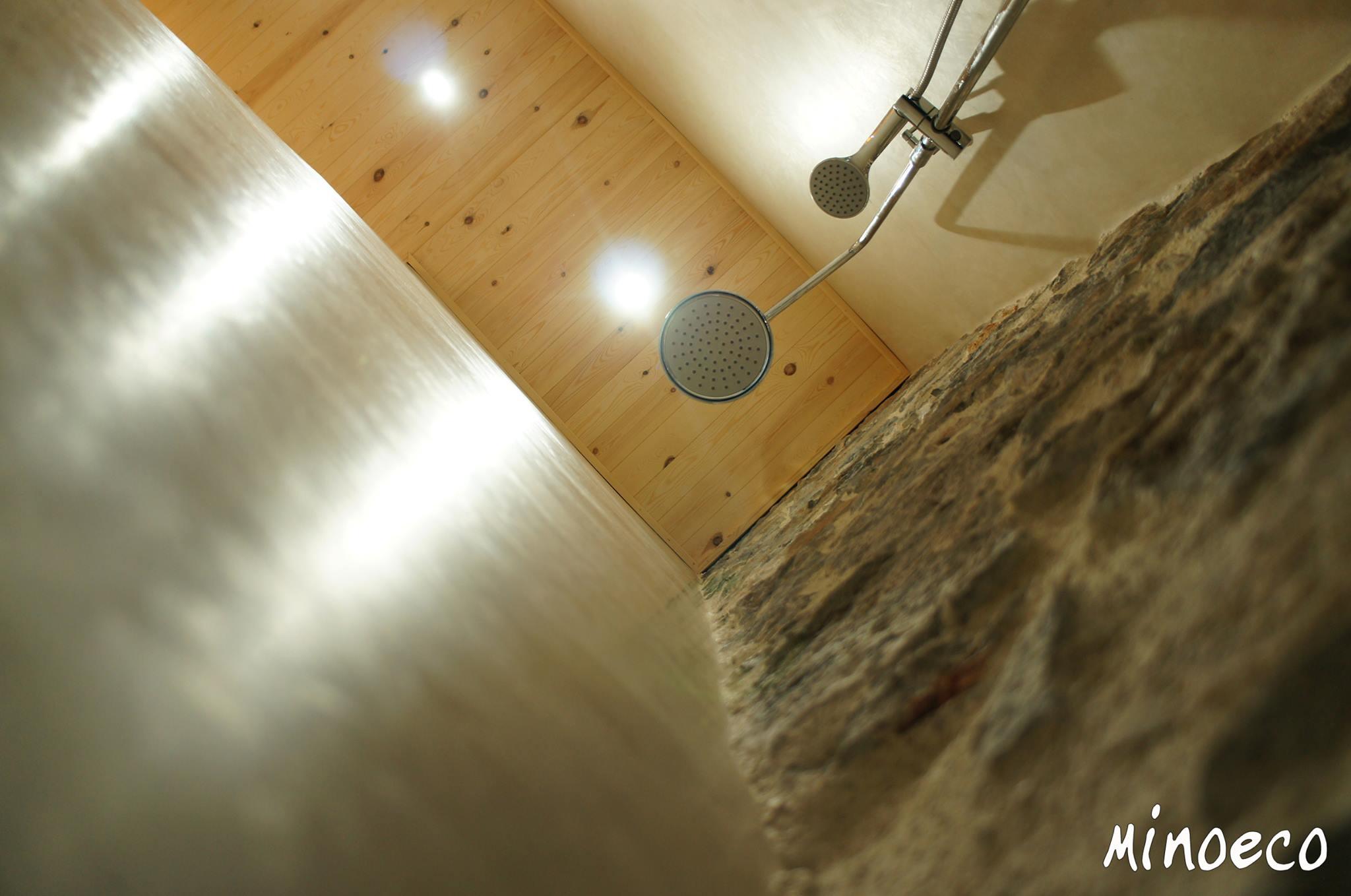 Μπάνιο πέτρινης κατοικίας με τάντελακτ. Κρήτη